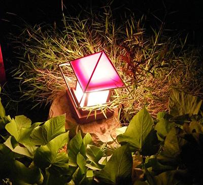Декоративное освещение сада.